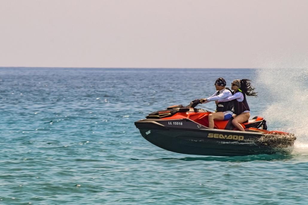 Die verschiedensten Sportmöglichkeiten erwähnen wie Wassersport, Wandern, Golf & Skifahren auf dem Olymp